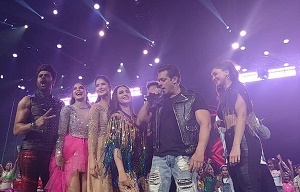 Salman Khan and crew wows the audience with the Da-Bangg Reloaded tour.