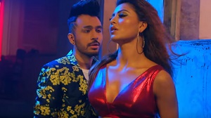 Urvashi Rautela\'s kickass dance moves in Tony Kakkar\'s \'Bijli Ki Taar\' song set YouTube on fire