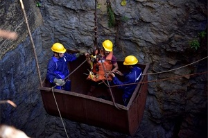 Divers find India mine worker body