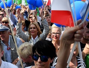 Poland march: Thousands protest against 'curbs on democracy'