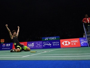 Newcomer Shi storms into badminton world final